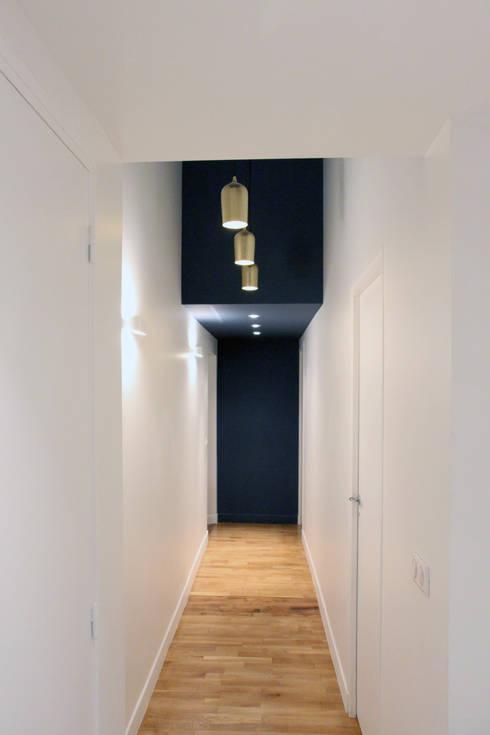 Couloir desservant les chambres: Couloir et hall d'entrée de style  par Olivier Stadler Architecte