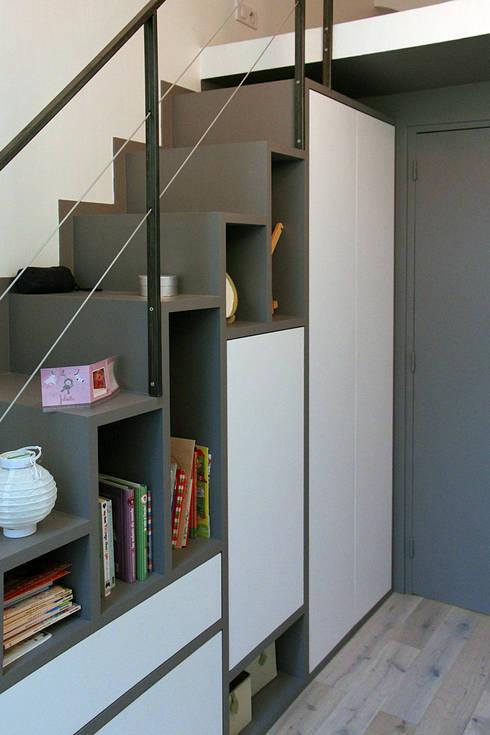 Meuble - Escalier permettant d'accéder à la mezzanine: Chambre d'enfant de style  par Olivier Stadler Architecte