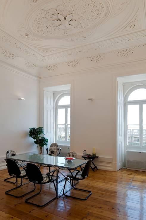 Edifício na Av. 24 de Julho - Lisboa: Escritórios e Espaços de trabalho  por VÃO - Arquitectos Associados, Lda.