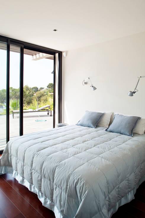 Villa C1: Chambre de style  par frederique Legon Pyra architecte