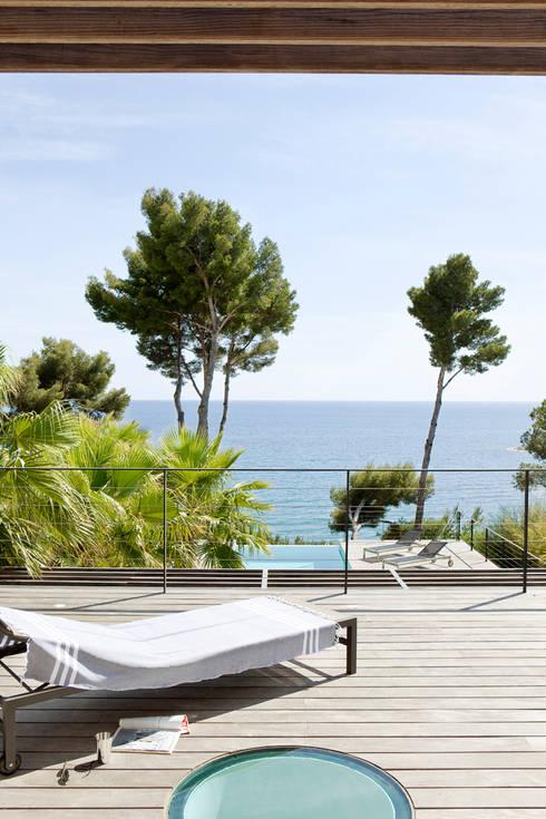 Villa C1: Terrasse de style  par frederique Legon Pyra architecte