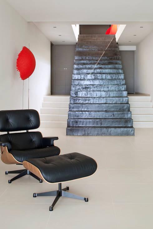 Villa C1: Couloir et hall d'entrée de style  par frederique Legon Pyra architecte