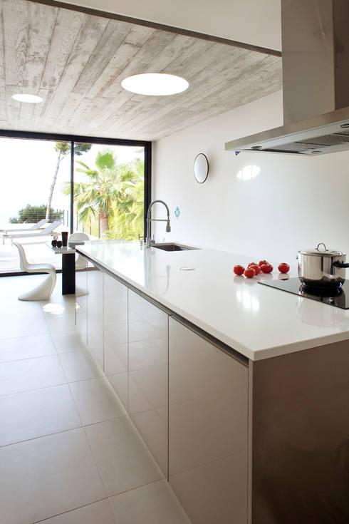 Villa C1: Cuisine de style  par frederique Legon Pyra architecte