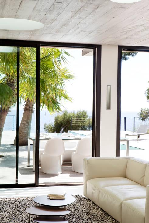 Villa C1: Salle à manger de style  par frederique Legon Pyra architecte