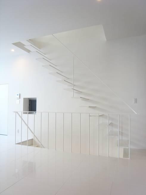 House in Fukushima: MimasisDesign [ミメイシスデザイン]が手掛けた廊下 & 玄関です。