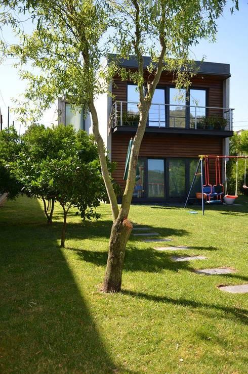 Private house building in Lousada (Portugal): Jardins  por Dynamic444