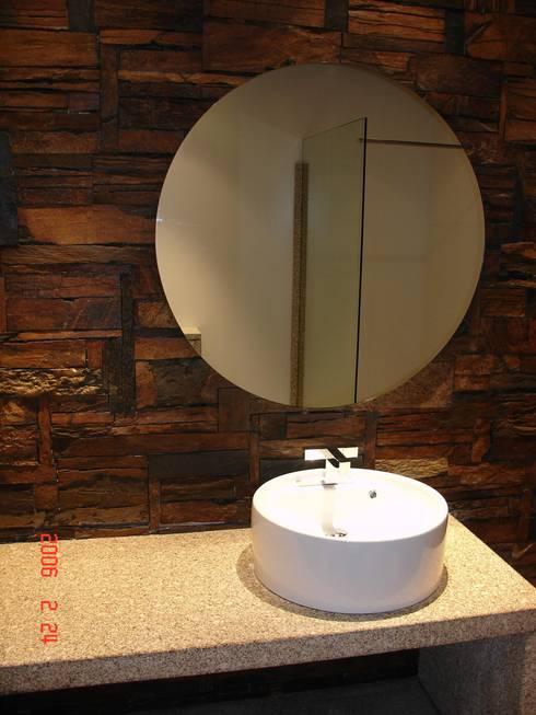 Private bathroom in a private house Raimonda, Paços de Ferreira- Portugal/ Casa de banho privativa numa casa particular  Raimonda, Paços de Ferreira- Portugal: Casas de banho modernas por Dynamic444