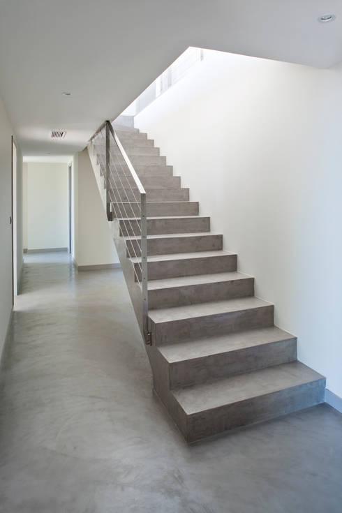 Villa C2: Couloir et hall d'entrée de style  par frederique Legon Pyra architecte