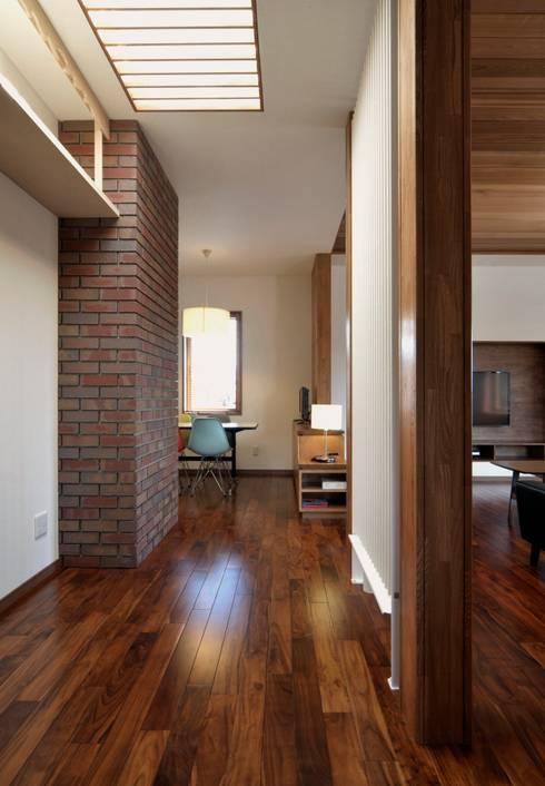 Uwano House: 株式会社シーンデザイン建築設計事務所が手掛けた廊下 & 玄関です。