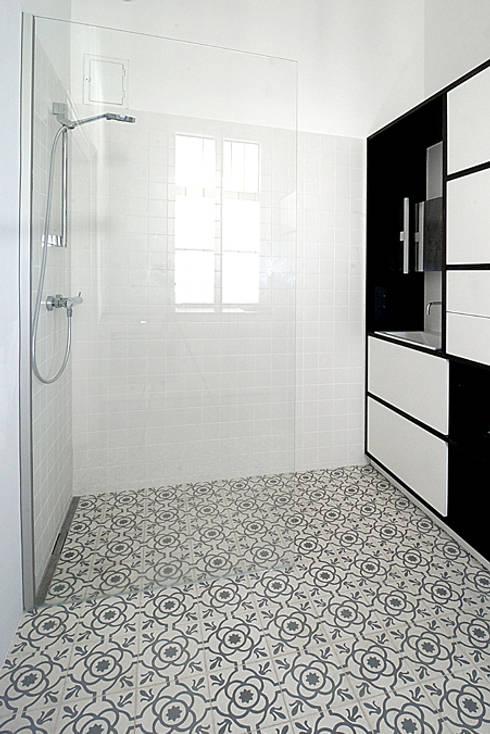 Un monolocale moderno e versatile: Bagno in stile  di Mosaic del Sur