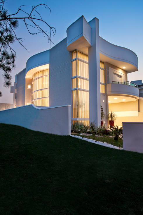 Projekty, nowoczesne Domy zaprojektowane przez Arquiteto Aquiles Nícolas Kílaris