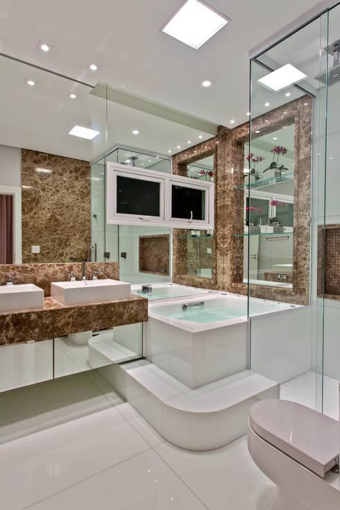 Casas de banho modernas por Arquiteto Aquiles Nícolas Kílaris