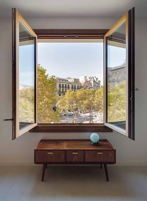 Apartamentos en Paseo de Gracia, Barcelona - 08: Salones de estilo  de THK Construcciones