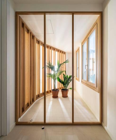Apartamentos en Paseo de Gracia, Barcelona - 10: Pasillos y vestíbulos de estilo  de THK Construcciones