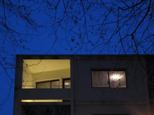 uma casa nas árvores: Terraços  por p+v arq