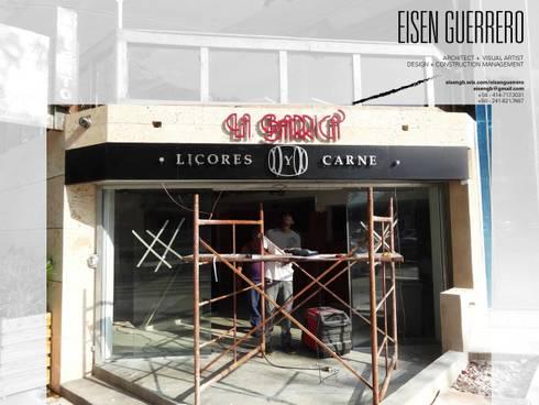 Vista de la fachada,  instalando Letras corpóreas metálicas sobre coralina y alucobond negro.: Bodegas de vino de estilo minimalista por Eisen Arquitecto