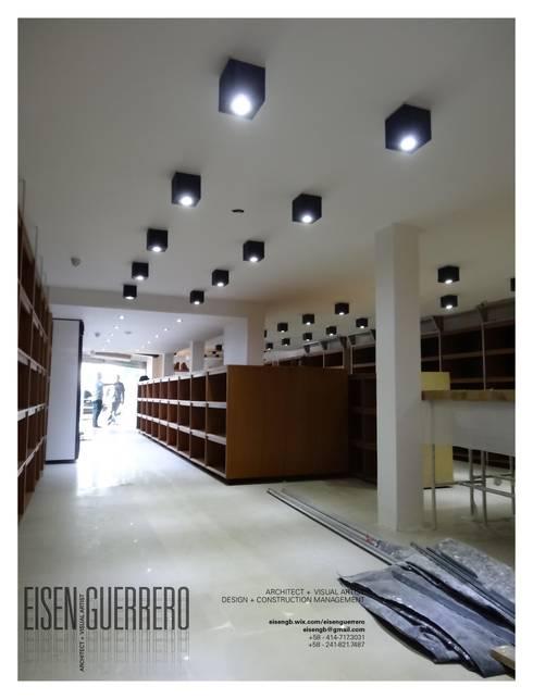 Vista Interior avances. Mobiliario, estantes y lamparas tipo cubo en laqueado. Proyecto y planificación: Bodegas de vino de estilo minimalista por Eisen Arquitecto