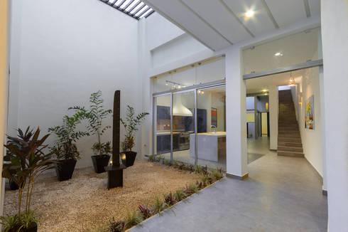 PRIMER ESPACIO ABIERTO PARA LA VENTILACIÓN E ILUMINACIÓN NATURAL: Pasillos y recibidores de estilo  por CERVERA SÁNCHEZ ARQUITECTOS