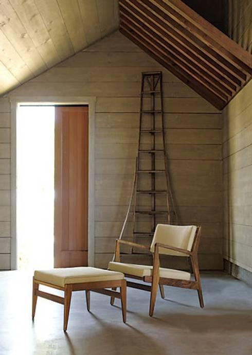 Jens Chair and Ottoman : Salas de estilo moderno por Design Within Reach Mexico