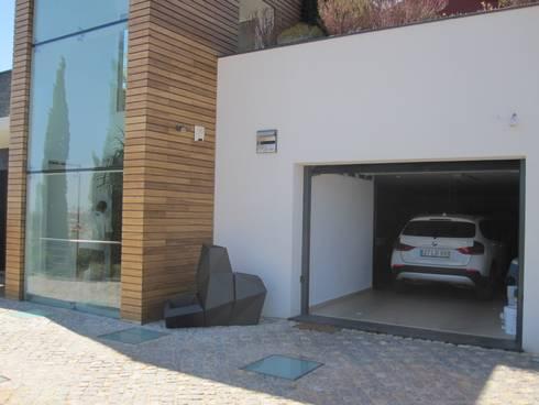 Projecto MH – Albufeira: Garagens e arrecadações modernas por Smokesignals - Home & Contract Concept Lda