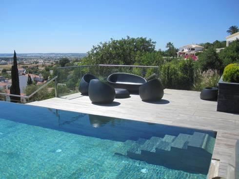 Projecto MH – Albufeira: Piscinas modernas por Smokesignals - Home & Contract Concept Lda