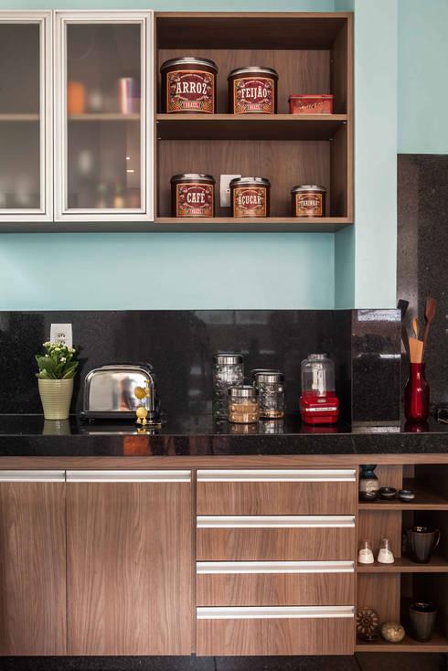 Cozinha : Cozinhas ecléticas por Laura Serafini Arquitetura + Interiores