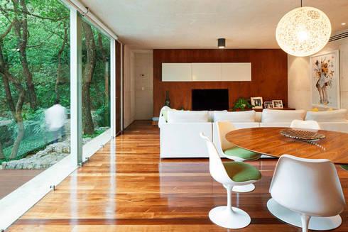 CASA TLÁLOC: Estudios y oficinas de estilo moderno por Landa Suberville