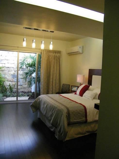Casa CR180: Recámaras de estilo moderno por Arquitectos Interiores
