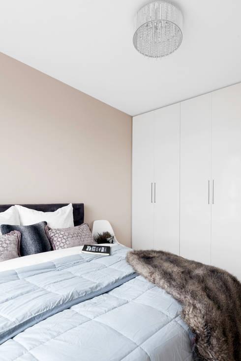 W beżach i brązach na Bemowie.: styl , w kategorii Sypialnia zaprojektowany przez Decoroom