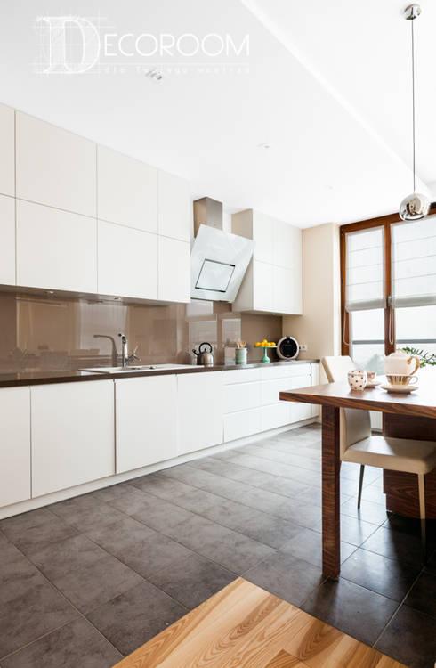 Mieszkanie w klasycznej kolorystyce.: styl , w kategorii Kuchnia zaprojektowany przez Decoroom