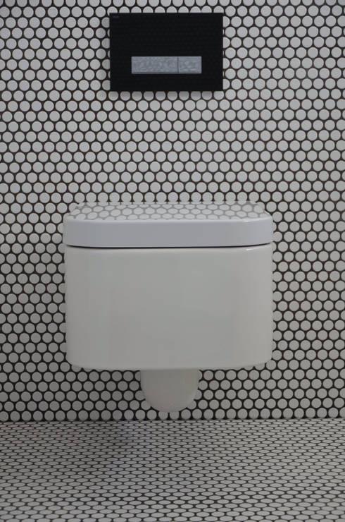 Bathrooms/ Dynamic444: Casa de banho  por Dynamic444