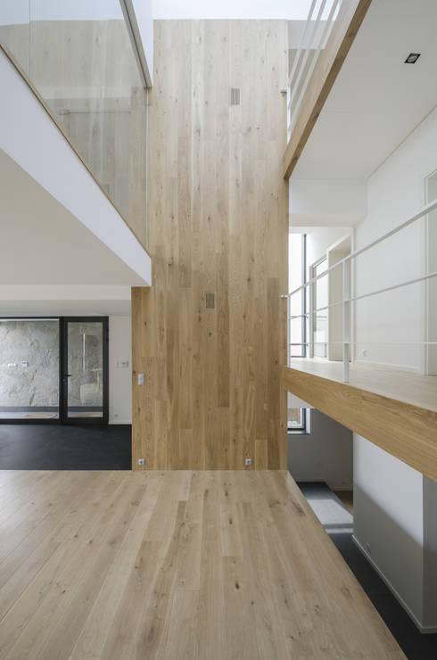 METAMORFOZA. WNĘTRZE PARTER GALERIA: styl , w kategorii Ściany zaprojektowany przez PAWEL LIS ARCHITEKCI