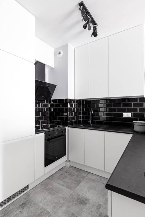 elektryzujące wnętrze: styl , w kategorii Kuchnia zaprojektowany przez Decoroom