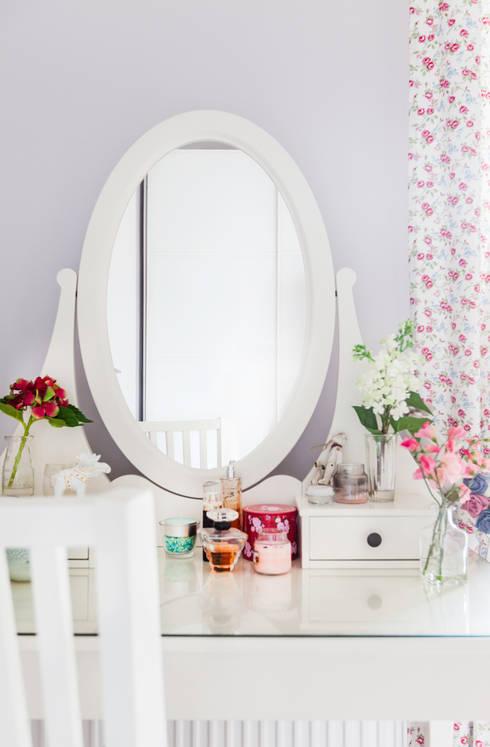 przytulne , kobiece wnętrze: styl , w kategorii Sypialnia zaprojektowany przez Decoroom