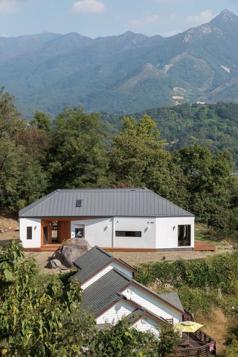 Casas de estilo moderno por B.U.S Architecture