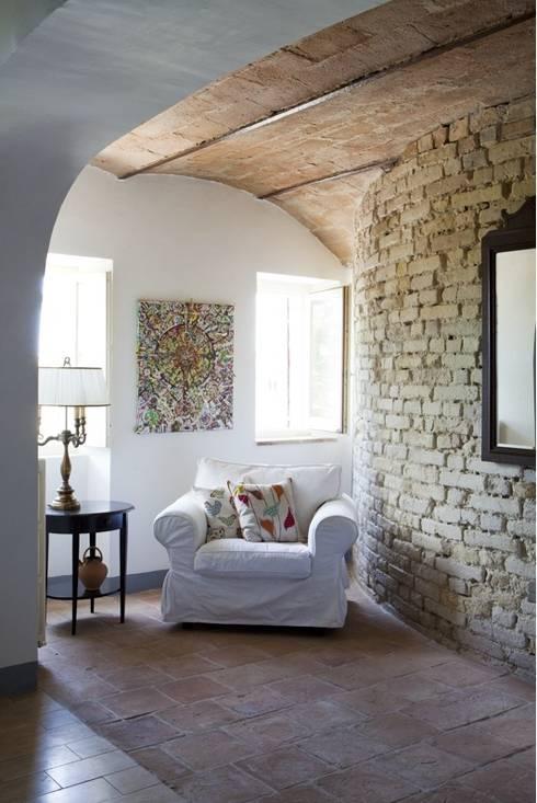Casa Tre Archi: Soggiorno in stile in stile Rustico di Ing. Vitale Grisostomi Travaglini