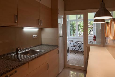 Cozinha com bancada de madeira: Cozinha  por Home Staging Factory