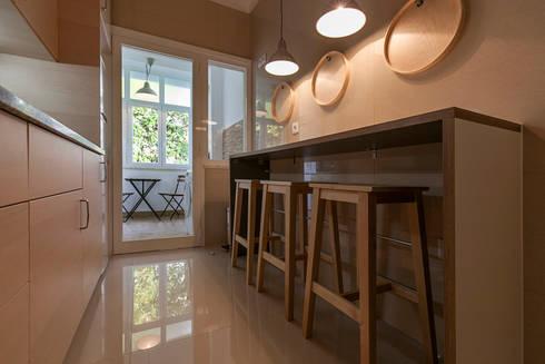 Candeeiros suspenso sobre balcão: Cozinha  por Home Staging Factory
