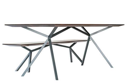 Tisch mit Bank: moderne Esszimmer von Christian Kroepfl