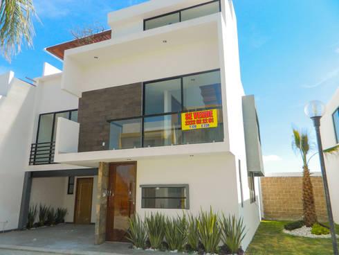 Fachada : Casas de estilo moderno por ECNarquitectura