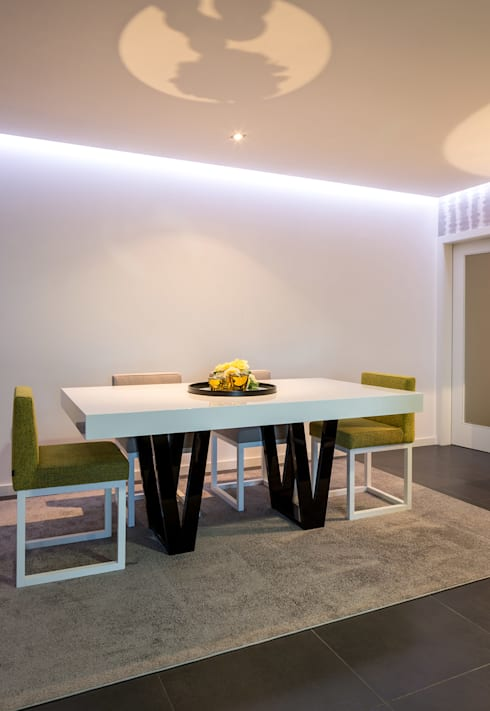 Mesa de sala de jantar com as cadeiras a acompanhar: Sala de jantar  por Cássia Lignéa