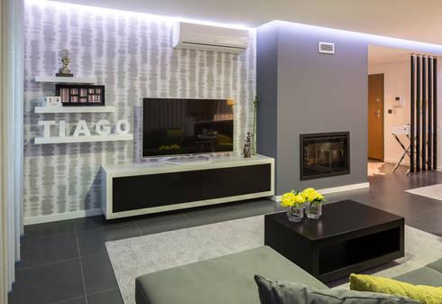 Sala de estar do Tiago: Sala de estar  por Cássia Lignéa
