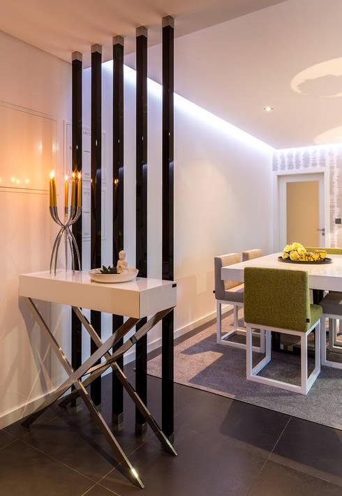 Detalhe da entra nas salas: Sala de estar  por Cássia Lignéa