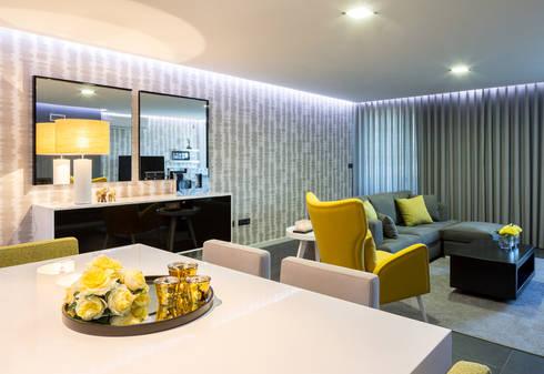 Da sala de jantar para a sala de estar: Sala de jantar  por Cássia Lignéa