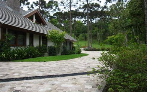 Casa na serra gaúcha : Jardins campestres por creare paisagismo