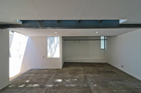 Casa La Lagartija: Garajes de estilo moderno por alexandro velázquez