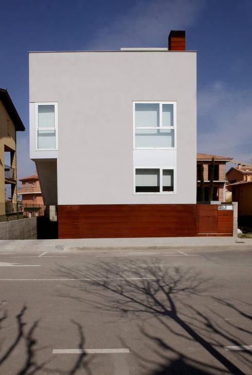 Fachada de la calle: Casas de estilo moderno de Comas-Pont Arquitectes slp