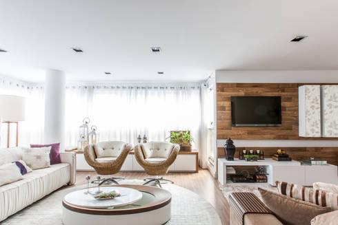 04_Projeto de Interiores: Salas de estar modernas por Paula Carvalho Arquitetura