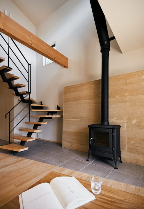 版築壁と薪ストーブ: 株式会社seki.designが手掛けた壁です。
