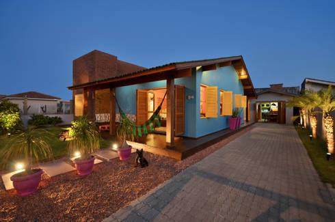 BEACH HOUSE – TRAMANDAÍ/RS: Casas tropicais por Arquitetando ideias